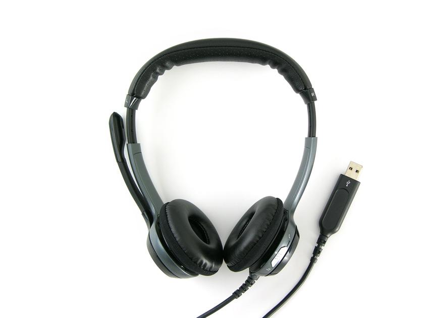 USB-Headset auf weißem Untergrund